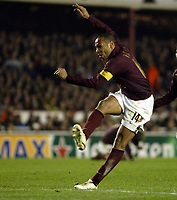 Photo: Chris Ratcliffe.<br /> Arsenal v Real Madrid. UEFA Champions League. 08/03/2006.<br /> Thierry Henry fires a shot just wide