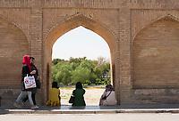 Iran, Isfahan, 29.08.2016: Junge Frauen auf der Si-o-se Pol Brücke, der der 33-Bögen-Brücke über dem ausgetrockneten Fluss Zayandeh Rud. Provinz Isfahan, Esfahan, Zentral-Iran.