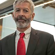 Minister Ronald Plasterk ( Binnenlandse Zaken en Koninkrijkrelaties) met baard. Kort hiervoor had hij een gemeentebalie voor paspoorten en DigiD op Schiphol geopend.