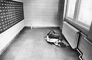 Nederland, Nijmegen, 15-2-1988Een zwerver, dakloze, ligt te slapen in de hal van het postkantoor.Foto: Flip Franssen/Hollandse Hoogte