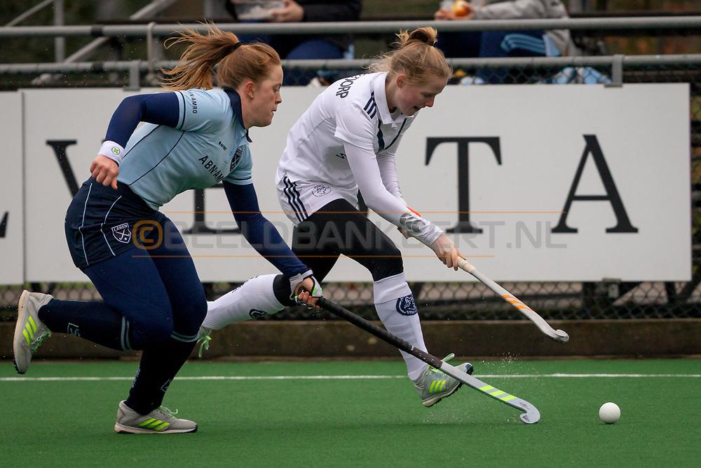 LAREN -  Hockey Hoofdklasse Dames: Laren v Pinoké, seizoen 2020-2021. Foto: Vanessa Blockmans (Laren) met Kiki van Geldorp (Pinoké)