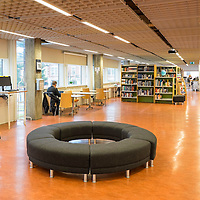 Interiør og fasade til Kristiansand bibliotek i Kristiansand.