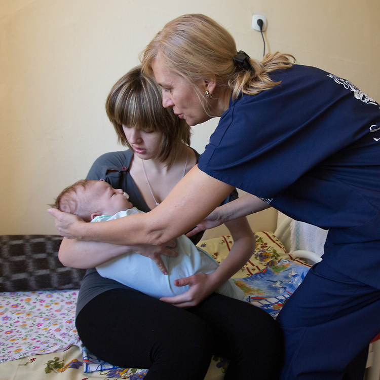 CAPTION: Dr Fomenko hands baby Valentina back to her delighted and relieved mother Nina, ensuring she understands that her child is still partially under the influence of general anaesthetic. LOCATION: Volgograd City Hospital #1, Volgograd, Russia. INDIVIDUAL(S) PHOTOGRAPHED: Valentina Panteleeyeva (below), Nina Panteleeyeva (centre) and Dr Irena Fomenko (right).