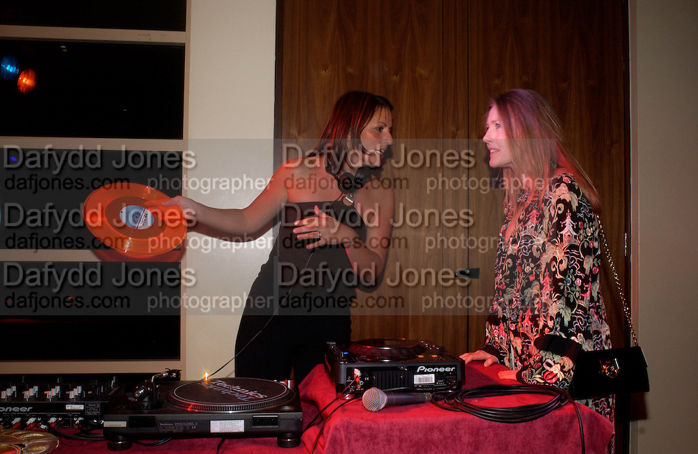 Davina McCall and Sophie Conran, 6 Degrees charity event in aid of Focus councelling services. Kensington Roof Garden, 19 April 2004. ONE TIME USE ONLY - DO NOT ARCHIVE  © Copyright Photograph by Dafydd Jones 66 Stockwell Park Rd. London SW9 0DA Tel 020 7733 0108 www.dafjones.com