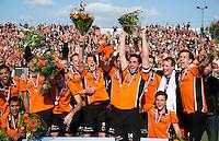 EINDHOVEN - Vreugde bij OZ met in het midden aanvoerder Robert van der Horst  na de finale play off wedstrijd tussen de mannen van Oranje-Zwart en Bloemendaal. OZ wint de titel. ANP KOEN SUYK