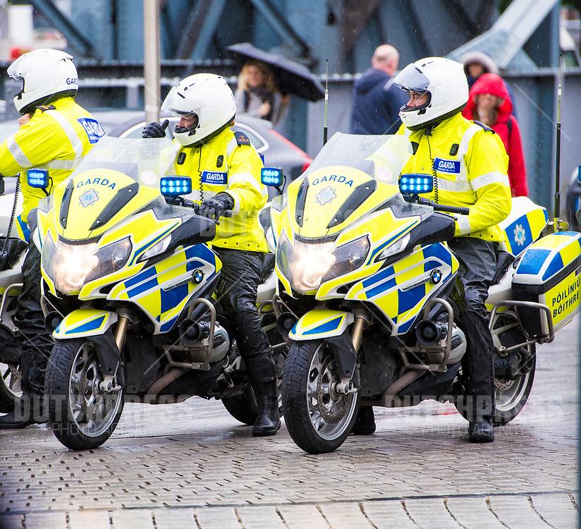 Politiemotor tijdens een bezoek aan Dogspatch Labs in Dublin, op dag 1 van het 3-daags staatsbezoek van het Nederlands Koningspaar aan Ierland.