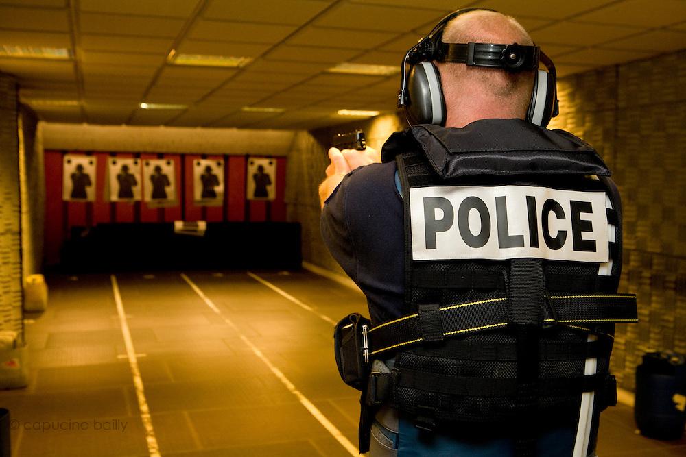Paris, France. 6 Mai 2009..Brigade Fluviale de Paris..13h45 Entrainement au tir au commissariat du 14ème arrondissement...Paris, France. May 6th 2009..Paris fluvial squad..1:45 pm Shooting training at the 14th arrondissement police station