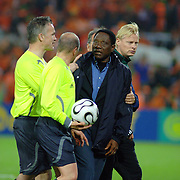 NLD/Rotterdam/20060528 - Voetbal, Nederland - Kameroen, coach Jules Nyongha is boos op scheidsrechter Konrad Plautz