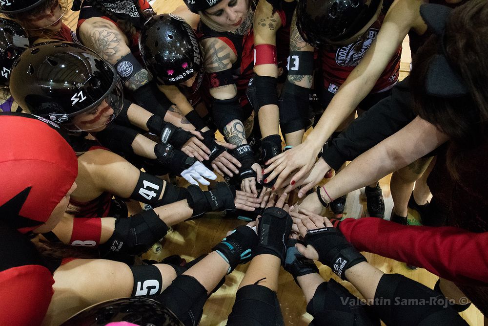 Madrid, Spain. 17th January, 2018. Players of Roller Derby Madrid B putting their hands together preparing the second part of the game against Baywitch Project Nice Roller Derby held in Madrid. © Valentin Sama-Rojo