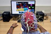Nederland, Nijmegen, 14-9-2016Gamen met de hersenen bij het FC Donderscentrum van de Radboud universiteit . Jason Farquhar leidt het onderzoek . Door middel van concentratie van de geest word een figuur van een computerspel, computergame, aangestuurd . De elektroden in de kap op het hoofd staan in verbinding met de computer . Het is mogelijk de toekomst voor mensen met MS die door de spierziekte hun spieren steeds minder of niet meer  kunnen gebruikenFoto: Flip Franssen