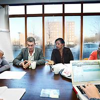 Nederland, Amsterdam , 22 november 2011..  verdeeloverleg plaats (vergadering waarin de cliënten worden verdeeld)  bij de Opvoedpoli op locatie in Amsterdam Zuid Oost aan de Bijlmerdreef. links Directrice Candy Limon.Foto:Jean-Pierre Jans