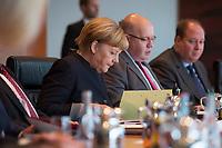 02 NOV 2016, BERLIN/GERMANY:<br /> Angela Merkel, CDU, Bundeskanzlerin, liest in ihren Unterlagen, vor Beginn der Kabinettsitzung, Bundeskanzleramt<br /> IMAGE: 20161102-01-018<br /> KEYWORDS: Kabinett, Sitzung, AKte, AKten, lesen