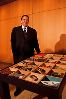 """08.03.1999, Deutschland/Bonn:<br /> Gerhard Schröder, Bundeskanzler, mit einem Tisch den er als Aktion """"Ein Tisch als Kunstobjekt für Gerhard Schröder"""" von 24 Künstlern anläßlich seiner Wahl zum Bundeskanzler erhielt. Schröder lud heute die Künstler zu einem Gespräch in den Kanzlerbungalow ein. Bundeskanzleramt, Bonn <br /> IMAGE: 19990308-03/01-04<br /> KEYWORDS: Gerhard Schroeder"""