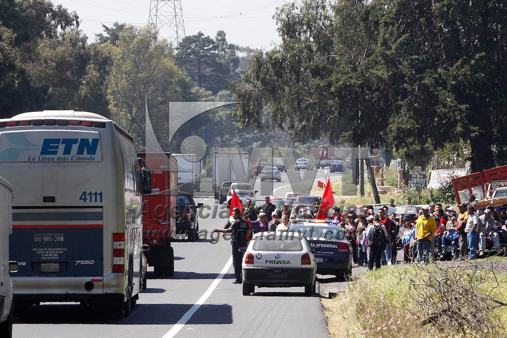 OCOYOACAC, México.- Un grupo de aproximadamente 50 personas provenientes de Los Reyes la Paz, mantuvieron bloqueada la carretera México Toluca por espacio de una hora lo que provoco que el transito vehicular se viera afectado por varias horas. Agencia MVT / Crisanta Espinosa. (DIGITAL)
