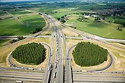 Nederland, Gelderland, Knooppunt Valburg, 28-06-2006; luchtfoto (25 procent  toeslag onder in beeld de A15 (komend vanuit Rotterdam(Westelijk, links), naar rechts richting knoopppunt Ressen en richting Nijmegen naar boven, afbuigend in Noordelijke richting, wordt het landschap van de Over-Betuwe doorsnede door de A50 naar Arnhem (komend vanuit Den Bosch de Betuweroute loopt parallel aan de A15 en kruist de A50 onderlangs; verkeersas, achterlandverbinding, klaverblad, verkeersknooppunt, verkeersplein, Betuwelijn, landschap, milieu, transport, verkeer en vervoer, vrachtvervoer, logistiek, infrastructuur, mobiliteit, landschap, planologie; .luchtfoto (toeslag aerial photo (additional fee required .foto Siebe Swart / photo Siebe Swart