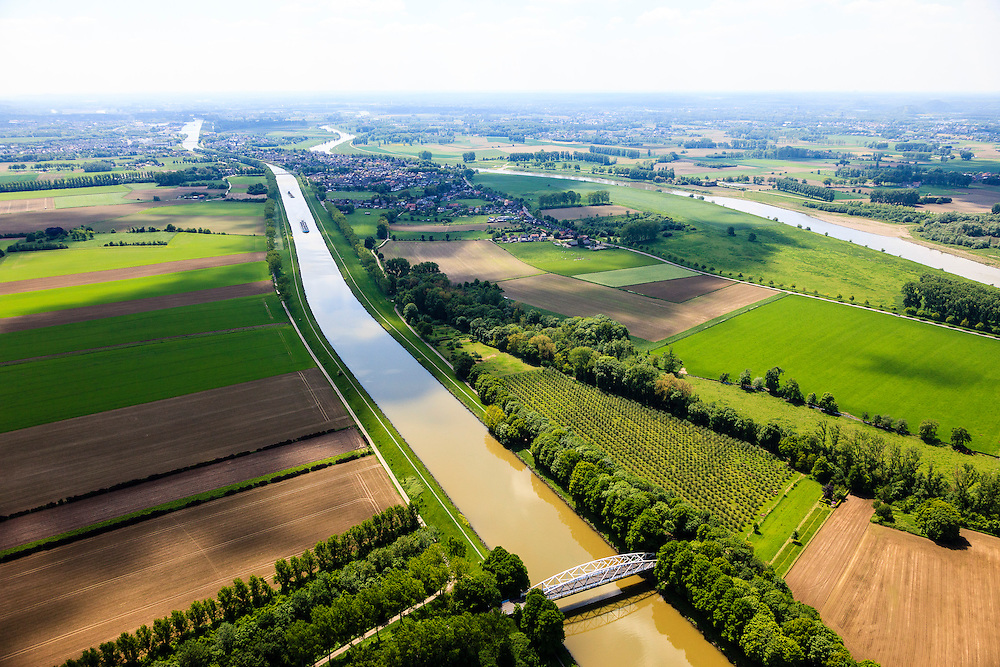 Nederland, Limburg, Gemeente  Sittard-Geleen, 27-05-2013; Julianakaal met vakwerkbrug naar Obbicht. Foto richting Maastricht, rechts de Grensmaas.<br /> <br /> QQQ<br /> luchtfoto (toeslag op standard tarieven);<br /> aerial photo (additional fee required);<br /> copyright foto/photo Siebe Swart.