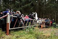 """Wies Jalowka, woj podlaskie, 07.10.2017. Ogolnopolska akcja """" Rozaniec do granic """" podczas ktorej wierni wzdluz granic Polski , w tym samym czasie , prosili w modlitwie do Matki Boskiej o opieke nad krajem i nawrocenie N/z modlitwa przy szlabanie granicznym tuz przy granicy z Bialorusia fot Michal Kosc / AGENCJA WSCHOD"""