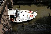 Genieten van een zomerse dag lmet een rondvaartboot in Utrecht.