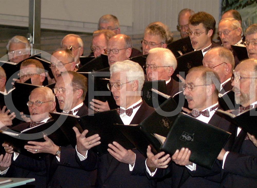 Fotografie Frank Uijlenbroek©2000/Frank Brinkman.010106 nijverdal ned.optreden nijverdals mannenkoor in hervormde kerk.fu010106_koor_nijdal.