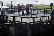 Koning Willem-Alexander tijdens de officiele ingebruikname van het Reevediep, de nieuwe waterverbinding tussen de IJssel en het Drontermeer.<br /> <br /> King Willem-Alexander during the official commissioning of the Reevediep, the new water connection between the IJssel and the Drontermeer.