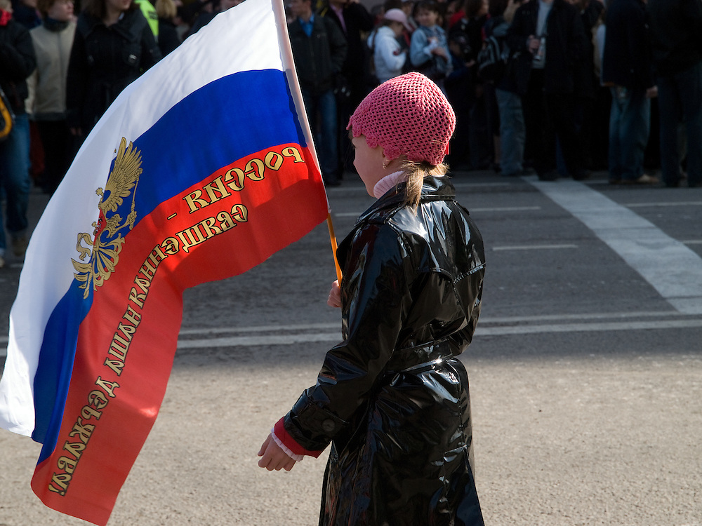 Mädchen mit der russischen Nationalflagge und dem russischen Wappen im Zentrum vor der größten Militärparade in Rußland seit Ende der Sowjetunion 1991 (9.Mai 2008).<br /> <br /> Girl with the Russian flag shortly before the Victory Day parade (took place the 9th of May 2008) which showcased military hardware for the first time since the Soviet collapse.