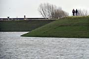 Nederland, The Netherlands, Nijmegen, 28-1-2018Opnieuw is er een golf hoogwater die via de Rijn en Waal ons land passeert op weg naar zee. Het water is iets minder hoog als twee weken geleden, maar mensen nemen weer de gelegenheid ervan te genieten door wandelen op de dijk. wandelen, recreatie,wandeling,wandelaars op de dijk, mensen, ontspannen,ontspanning,Foto: Flip Franssen