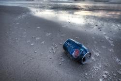 Latinha de refrigerante abandonada na praia. FOTO: Jefferson Bernardes/Preview.com