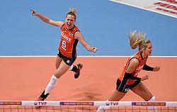 08-01-2016 TUR: European Olympic Qualification Tournament Nederland - Italie, Ankara<br /> De volleybaldames hebben op overtuigende wijze de finale van het olympisch kwalificatietoernooi in Ankara bereikt. Italië werd in de halve finales met 3-0 (25-23, 25-21, 25-19) aan de kant gezet / Maret Balkestein-Grothues #6, Laura Dijkema #14