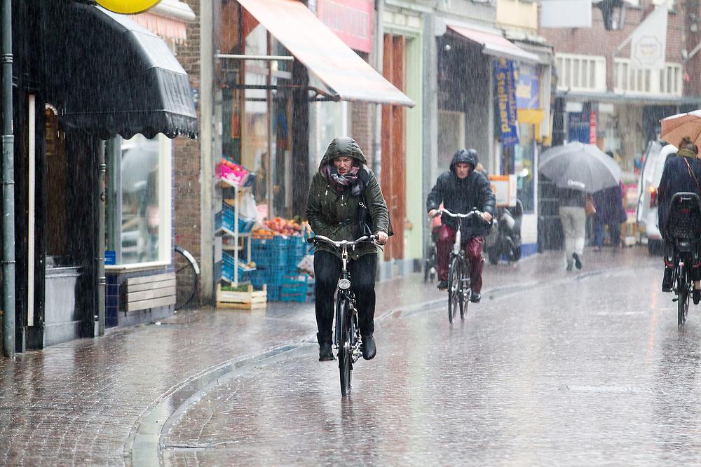 In Utrecht rijden fietsers door de stromende regen.<br /> <br /> In Utrecht cyclists ride in the rain.
