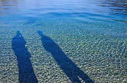 Lago Wakatipu, que banha a cidade de Queenstown, possui agua transparente. FOTO: Lucas Uebel/Preview.com