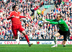 11.04.2010, Anfield, Liverpool, ENG, Premier League, FC Liverpool vs FC Fulham, im Bild Liverpool's Alberto Aquilani and Fulham's goalkeeper Mark Schwarzer. EXPA Pictures © 2010, PhotoCredit: EXPA/ Propaganda/ D. Rawcliffe / SPORTIDA PHOTO AGENCY
