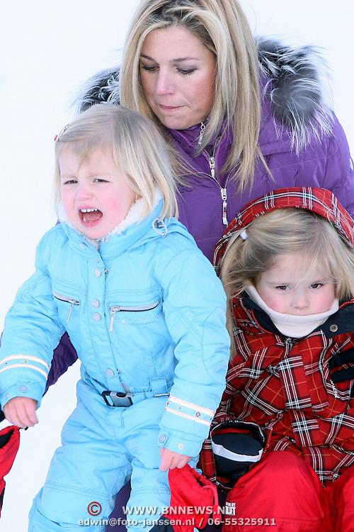 AUT/Lech/20080210 - Fotosessie Nederlandse Koninklijke familie in lech Oostenrijk, prinses Maxima en kinderen Alexia en Amalia