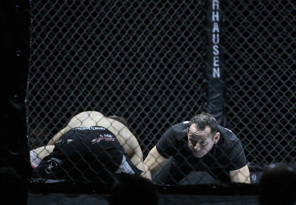 Kampfsport: MMA, We love MMA, Oberhausen, 31.01.2015<br /> Attila Korkmaz (Team MMA Spirit Frankfurt, oben) - Giuseppe Correra (Fight Lounge Dortmund), Ringrichter<br /> © Torsten Helmke