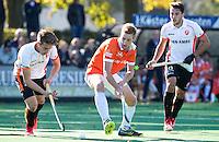 BLOEMENDAAL - HOCKEY - Daniel Beale (Bl'daal) met links Bram Huijbregts (Oranje-Rood)   tijdens de competitie hoofdklasse hockeywedstrijd Bloemendaal -ORANJE-ROOD (4-1)  COPYRIGHT KOEN SUYK