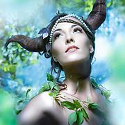 Photographie en couleur d'une jeune femme portant des cornes dans un sous-bois pour illustrer la couverture du magazine Must.