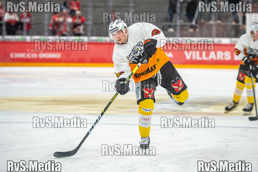LAUSANNE, SWITZERLAND - SEPTEMBER 28: Ramon Untersander #65 of SC Bern warms up prior the Swiss National League game between Lausanne HC and SC Bern at Vaudoise Arena on September 28, 2021 in Lausanne, Switzerland. (Photo by Monika Majer/RvS.Media)