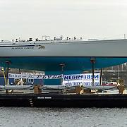 Amsterdam, 27-02-2014.  Vandaag werden enkele grote bijzondere boten voor de HISWA Boat Show uit de Amstel getakeld. Het transport naar Amsterdam RAI gebeurt vannacht rond 01.15 uur. Als de laatste tram voorbij is, worden de bovenleidingen op het Europaplein gedemonteerd en diverse stoplichten zullen worden weggedraaid om plaats te maken voor het transport van de schepen. Op de foto het 21 meter lange legendarische zeiljacht The Flyer. Stichting Revival of The Flyer is in 2014 opgericht en heeft The Flyer gekocht, het zeiljacht waarmee Conny van Rietschoten in 1978 de Whitbread around the World Race heeft gewonnen. Op dit moment vaart het zeiljacht onder een andere naam, Alaska Eagle, en zijn een aantal aanpassingen aan het zeiljacht gedaan, waardoor het schip niet meer te herkennen is als The Flyer. De stichting heeft als ideëel doel om het schip te behouden als Nederlands maritiem cultureel erfgoed.