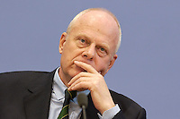 """13 MAY 2004, BERLIN/GERMANY:<br /> Prof. Meinhard Miegel, Buergerkonvent und Leiter des Instituts fuer Wirtschaft und Gesellschaft Bonn e.V., IWG Bonn, packt seine Aktentasche aus, vor Beginn der Pressekonferenz """"Fuer ein besseres Deutschland"""" - eine Aktionsgemeinschaft von 10 Reforminitiativen mit Forderungen an die Politik, Bundespressekonferenz<br /> IMAGE: 20040513-01-034<br /> KEYWORDS: Bürgerkonvent"""
