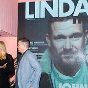 NLD/Amsterdam/20171114 - Lancering LINDA.man Johnny, Linda de Mol geeft het 1e exemplaar aan haar neef Johnny de Mol