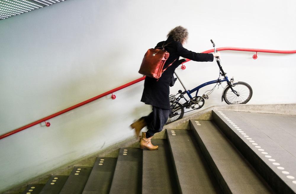 Nederland, Utrecht, 4 april 2011.Utrecht CS, reiziger met vouwfiets op de trap van het perron..Foto (c)  Michiel Wijnbergh