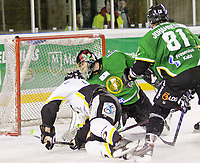 Ishockey , 12. Januar 2008 , GET-ligan , Comet - Stavanger , Brendan Brooks scorer 3-2 på Comets keeper Pål Grotnes , Foto: Thomas Andersen , Digitalsport
