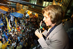 A candidata Yeda Crusius (PSDB) comemora com eleitores a ida para o segundo turno. Ela está com 33,33% dos votos válidos. Olívio Dutra (PT), que tem 27,08%, ou Germano Rigotto (PMDB), que tem 26,93%, . FOTO: JEFFERSON BERNARDES/PREVIEW.COM