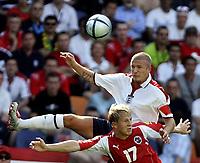 Fotball, 17. juni 2004, EM, Euro 2004, Sveits - England, David Beckham (ENG), Christoph Spycher (SUI)<br /> <br /> Foto: Digitalsport