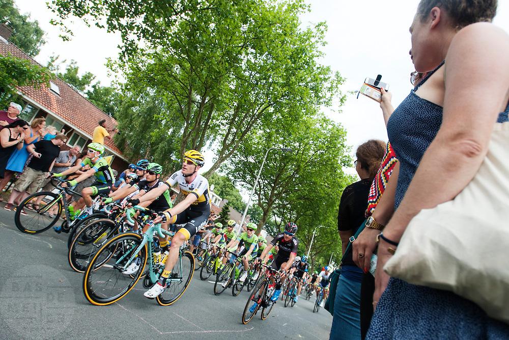 Het peloton rijdt over de Cartesiusweg. In Utrecht is de tweede etappe vanTour de France van start gegaan.<br /> <br /> The riders pass the Cartesiusweg. In Utrecht the second stage of the Tour de France has started