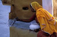 Inde - Rajasthan - Village peint des environs de Jaisalmer - Femme realisant une peinture murale