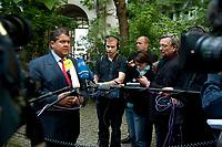 """04 SEP 2010, BERLIN/GERMANY:<br /> Sigmar Gabriel, SPD Parteivorsitzender, gibt Journalisten ein Statment, waehrend der SPD Buergerkonferenz """"Was ist fair?"""", Alte Feuerwache<br /> IMAGE: 20100904-01-145<br /> KEYWORDS: Kamera, Camera, Mikrofon, microphone, Journalist"""