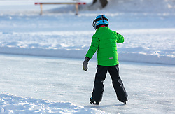THEMENBILD - ein Kind läuft mit den Schlittschuhen auf einem zugefrorenen See, aufgenommen am 01. März 2018, Ort, Österreich // A child is skating on a frozen lake on 2018/03/01, Saalfelden, Austria. EXPA Pictures © 2018, PhotoCredit: EXPA/ Stefanie Oberhauser