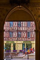 France, Saône-et-Loire (71), Chalon-sur-Saône, place Saint-Vincent, maisons à colombages devant la cathédrale Saint-Vincent // France, Saône-et-Loire (71), Chalon-sur-Saône, square Saint Vincent from the cathedral