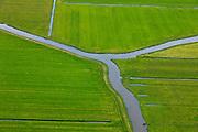 Nederland, Noord-Holland, Gemeente Schermer, 22-05-20011; Polder De Menningweer. De polder bestaand uit Hollandveen (laagveen) en meanderende riviertjes en is een Aardkundig monument. Op het tweede plan de Beemster, IJsselmeer aan de horizon..Polder Mijzen. The polder consists of Holland Peat in combination with small and meandering streams and is a geological monument. On the second plan the Beemster polder, IJsselmeer lake  on the horizon..luchtfoto (toeslag), aerial photo (additional fee required).foto/photo Siebe Swart