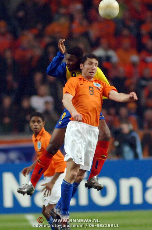 NLD/Amsterdam/20060301 - Voetbal, oefenwedstrijd Nederland - Ecuador, Mark van Bommel, kopduel met Carlos Tenorio